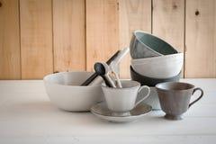 ciotola bianca e cucchiaio ceramici su un fondo grigio fotografia stock libera da diritti