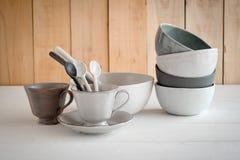 ciotola bianca e cucchiaio ceramici su un fondo grigio fotografie stock