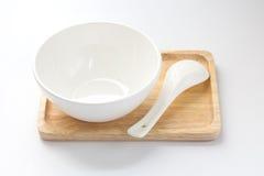 Ciotola bianca su un vassoio di legno con un cucchiaio Immagini Stock Libere da Diritti