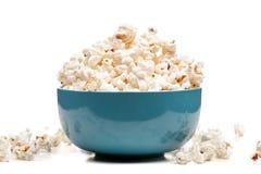 Ciotola blu con popcorn fotografia stock
