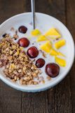 Ciotola blu di Granola casalingo al forno con yogurt e berrie fresco fotografia stock libera da diritti