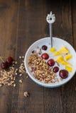 Ciotola blu di Granola casalingo al forno con yogurt e berrie fresco immagine stock libera da diritti