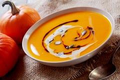 Ciotola casalinga cremosa di minestra della zucca Fotografia Stock