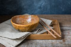 Ciotola ceramica fatta a mano su un fondo di legno, stile di sabi di wabi fotografia stock libera da diritti