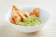 Ciotola con guacamole e nachos immagine stock