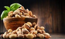 Ciotola con il pistacchio sulla tavola di legno Fotografie Stock Libere da Diritti