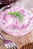 Ciotola con l'insalata di aringa (con la barbabietola) Immagine Stock Libera da Diritti