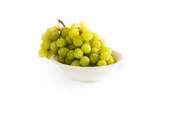 Ciotola con l'uva bianca Fotografia Stock