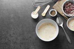 Ciotola con la salsa e gli ingredienti di taco del pesce Immagini Stock Libere da Diritti
