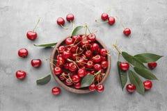 Ciotola con le ciliege mature fresche Immagine Stock