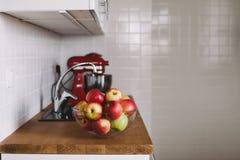 Ciotola con le mele sul tavolo da cucina Immagini Stock