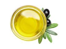 Ciotola con olio d'oliva isolato immagine stock libera da diritti