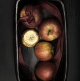 Ciotola decorativa di arrivo o di Natale con il primo piano delle mele Fotografia Stock Libera da Diritti