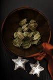 Ciotola decorativa legata dal nastro rosso e con i biscotti di Natale Fotografia Stock Libera da Diritti