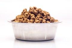 Ciotola del metallo con l'alimento asciutto del cane Fotografie Stock