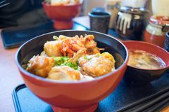 Ciotola del pollo fritto ad un ristorante giapponese fotografia stock
