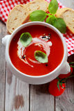 Ciotola deliziosa di minestra fresca del pomodoro del paese Immagini Stock Libere da Diritti