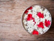 Ciotola dell'acqua del fiore del gelsomino immagini stock