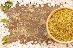 Ciotola dell'argilla con il polline dell'ape immagine stock libera da diritti