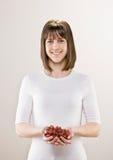 Ciotola della holding dell'adolescente di uva fresca fotografia stock