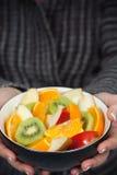 Ciotola della holding della donna di frutta fresca Fotografie Stock