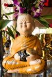 Ciotola della tenuta della bambola del monaco Fotografia Stock Libera da Diritti