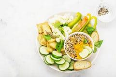 Ciotola delle verdure di salsa: immersione della carota con le fette di pane croccante, cetriolo, peperoni dolci, cavolfiore, val Fotografie Stock Libere da Diritti