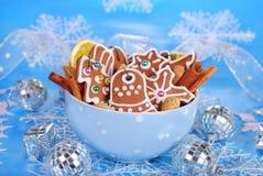 Ciotola di biscotti casalinghi del pan di zenzero di natale su backgroun blu Fotografia Stock