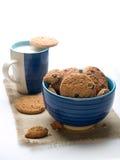 Ciotola di biscotti con la tazza di latte Fotografia Stock Libera da Diritti