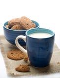Ciotola di biscotti con la tazza di latte Fotografia Stock