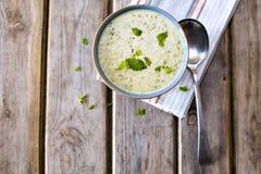 Ciotola di broccoli e di minestra del cheddar immagine stock libera da diritti