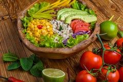 Ciotola di Buddha con il cece, avocado, zizzania, semi della quinoa, peperone dolce, pomodori, verdi, cavolo, lattuga sulla vecch immagini stock libere da diritti