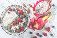 Ciotola di budino con i superfoods Fotografie Stock