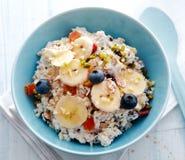 Ciotola di cereale da prima colazione completata con frutta Immagine Stock