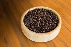 Ciotola di chicco di caffè sulla tavola Fotografia Stock
