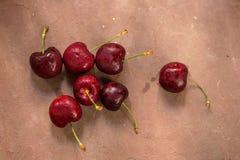 Ciotola di ciliege Ciliege rosse in una ciotola su fondo di legno Immagini Stock Libere da Diritti
