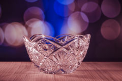 Ciotola di cristallo con il fondo del bokeh fotografia stock libera da diritti