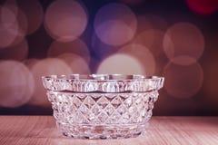 Ciotola di cristallo con il fondo del bokeh immagini stock libere da diritti
