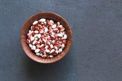 Ciotola di fagioli differenti sulla tavola di pietra, vista superiore fotografie stock