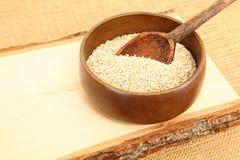 Ciotola di farina d'avena cruda in ciotola di legno fotografia stock libera da diritti
