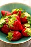 Ciotola di fragole fresche dolci Fotografie Stock