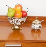 Ciotola di frutta della porcellana con i frutti immagine stock libera da diritti