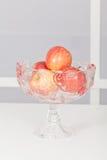 Ciotola di frutta di vetro con i frutti immagine stock