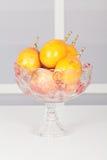 Ciotola di frutta di vetro con i frutti fotografia stock