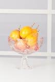 Ciotola di frutta di vetro con i frutti fotografie stock
