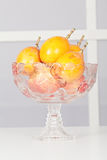 Ciotola di frutta di vetro con i frutti fotografia stock libera da diritti