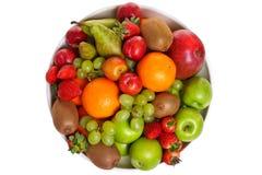 Ciotola di frutta fresca isolata su bianco Immagini Stock