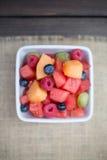 Ciotola di frutta mista dolce & saporita Fotografie Stock Libere da Diritti