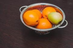 Ciotola di frutta sulla tavola immagini stock libere da diritti