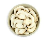 Ciotola di funghi affettati succosi isolati contro bianco Fotografia Stock